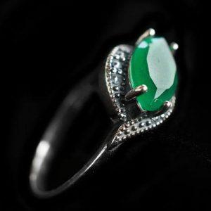 пръстен с зелен камък