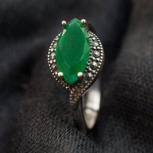 пръстен със зелен камък