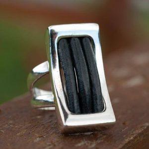 сребърен пръстен с кожа