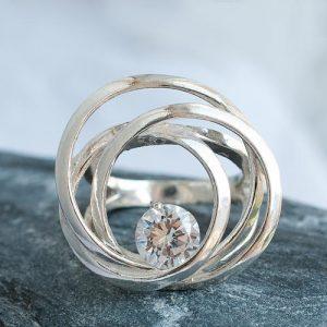 Сребърен пръстен с кръгове и камък