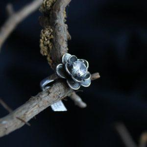 пръстен с камък цвете