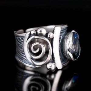 пръстен със син циркон а